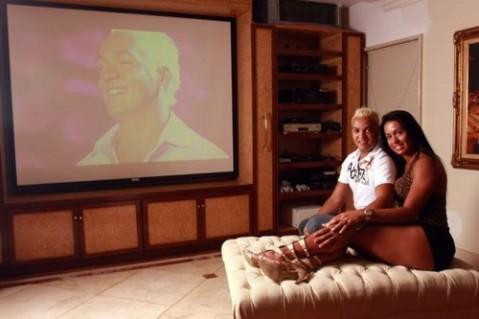 Louco por tecnologia: em casa iPhones e TVs gigantescas