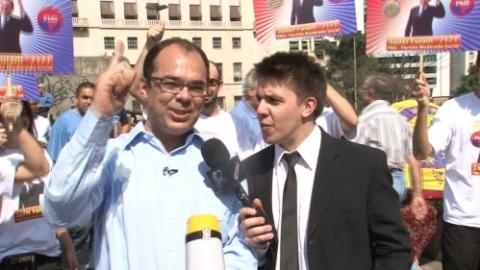 O ator, intérprete do político Jader Fulam, abordou pessoas nas ruas e ofereceu pão com mortadela, suco, balas e chocolates