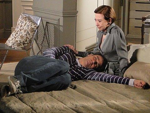 A matriarca consola o filho e recomenda que ele volte a procurar um psiquiatra