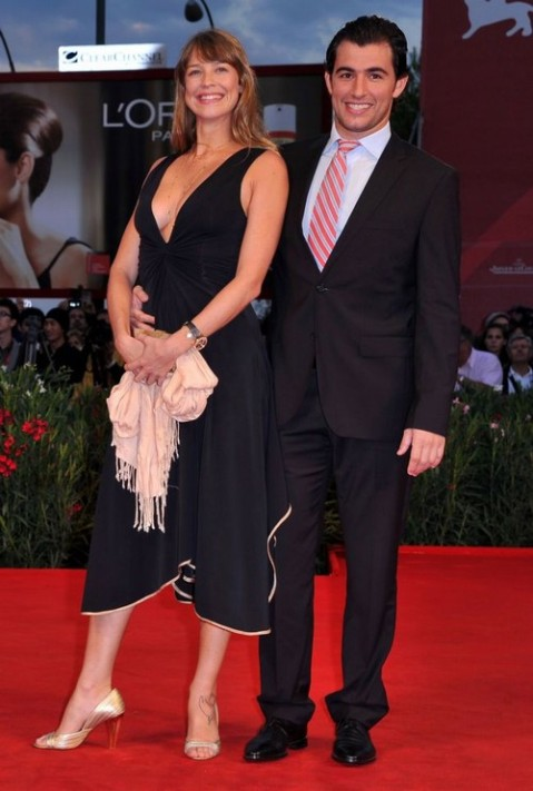 """Desacostumada com a presença da atriz, as agências internacionais de foto legendaram a imagem chamando-a de """"atriz italiana""""."""